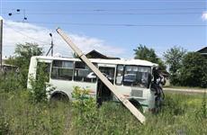В Сызрани госпитализировали водителя врезавшегося в столб автобуса