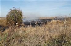 В Приволжском районе тушат большой очаг возгорания камыша