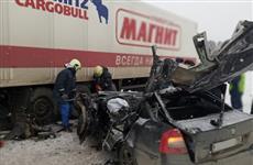 Водитель иномарки врезался в грузовик, ранее попавший в ДТП