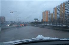 В районе памятника Ил-2 из-за утечки на водоводе затопило Московское шоссе