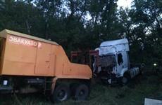 Под Сызранью дорожники вытаскивали съехавшую в лесопосадку фуру Renault