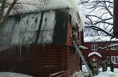 В Самаре тушат пожар на территории православного прихода