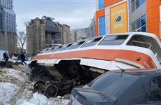 Ущерб автовладельцам, пострадавшим от падения трамвая, возместят страховые компании и ТТУ