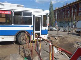 В Самаре под асфальт провалился троллейбус
