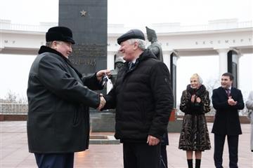 Владимир Волков принял участие в церемонии передачи ключей от школьных автобусов и машин скорой медицинской помощи