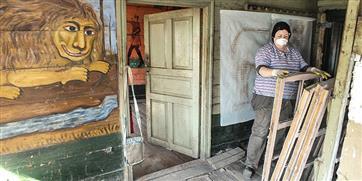 Волонтеры превратили заброшенную избушку под Саратовом в музей