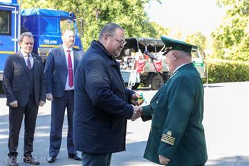 Олег Мельниченко вручил представителям лесной отрасли награды и ключи от новой противопожарной техники