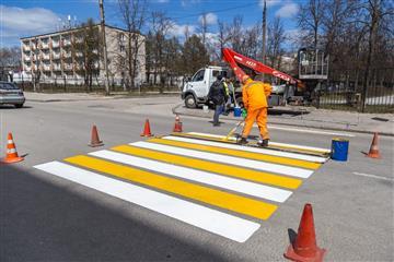 В Дзержинске начали ямочный ремонт дорог и нанесение разметки
