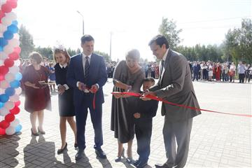 Первый звонок для 343 учеников прозвенел в новой школе в поселке станции Суроватиха Нижегородской области