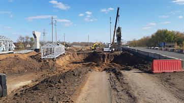 На трассе Оренбург-Беляевка продолжается реконструкция дороги и строительство надземного пешеходного перехода