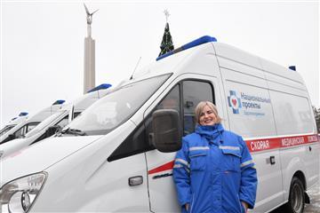 Губернатор Дмитрий Азаров передал ключи от новых машин скорой помощи медучреждениям региона