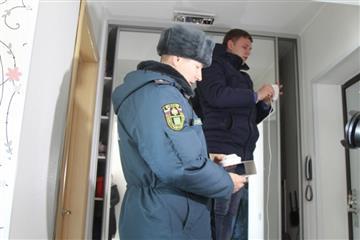 В Кинеле продолжается установка пожарных извещателей жилых помещениях многодетных семей