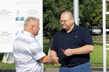 Олег Мельниченко вручил ключи от новых санитарных автомобилей