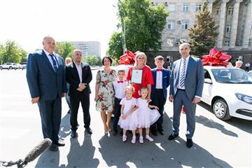 Пять многодетных семей Оренбуржья получили автомобили