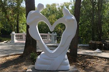 В Орске, в парке Строителей, завершается обустройство свадебной зоны