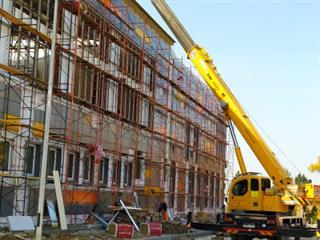 Строительство спортивных площадок, отделка внутренних помещений и фасада здания: работы по строительству новой школы на Пятой просеке ведутся по всем направлениям