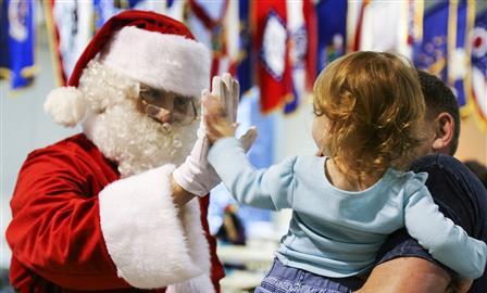Маски исправки: визит Деда Мороза иСнегурочки вусловиях пандемии