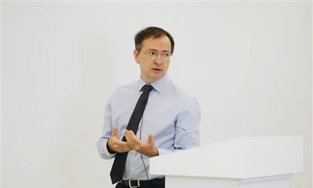 Владимир Мединский в Самаре заявил о необходимости запрета телефонов в школах