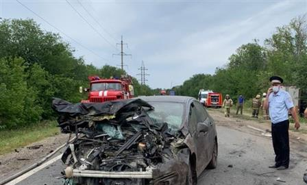 Три человека погибли при столкновении легковушек и грузовика