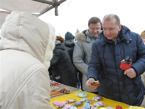 На площади Куйбышева губернатор поздравил горожан с Масленицей