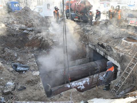 Коммунальщики начали заваривать поврежденный теплопровод на ул. Стара-Загора