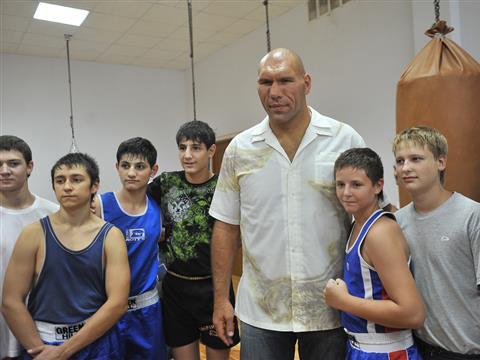 Николай Валуев посетил тренировку тольяттинских боксеров (видео)