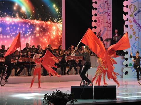 В тольяттинском Дворце культуры врио губернатор Дмитрий Азаров поздравил учителей с Днем учителя