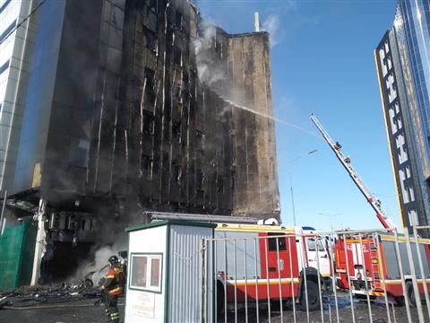 """МЧС: в ТОЦ """"Скала"""" горит фасад на восьми этажах"""