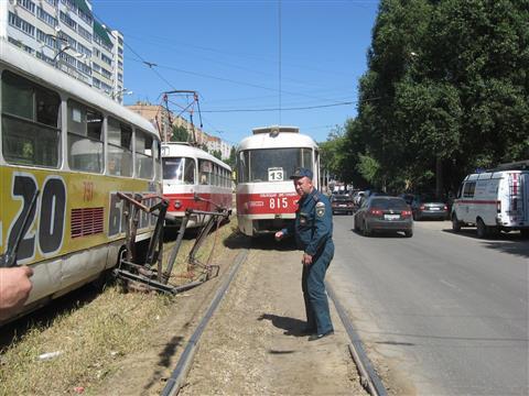 В Самаре токоприемник одного трамвая рухнул на другой, пострадала вагоновожатая