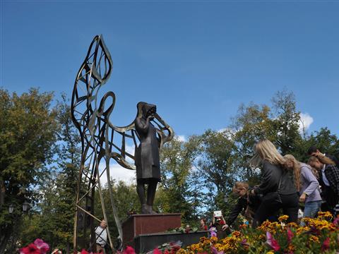 В Самаре установлен памятник Женщине