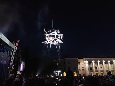 Испанские артисты показали воздушное шоу с трюками и попкорном