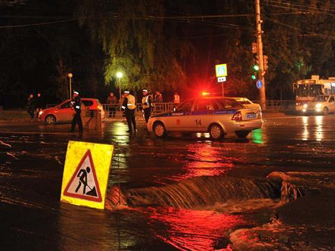 Улицу Ново-Вокзальную залило водой из прорвавшейся трубы
