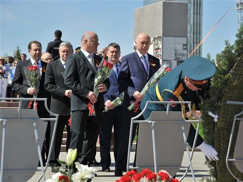 Николай Меркушкин возложил цветы к Вечному огню