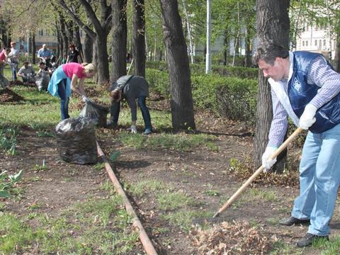 Сотрудники облправительства навели порядок на площади Куйбышева, Самарской площади и в Загородном парке