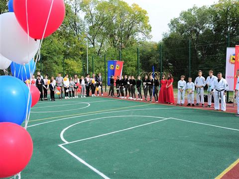 Сызранский НПЗ подарил детям спортивную площадку