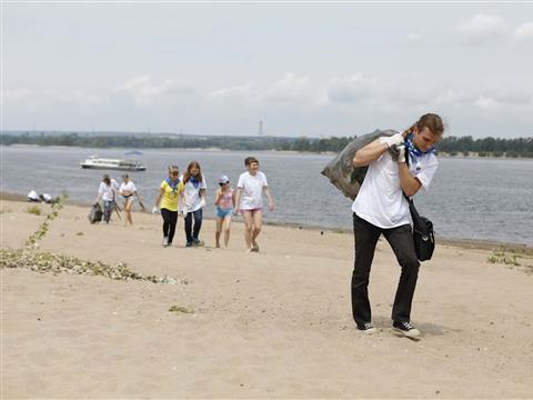"""Участники экологической акции """"оБЕРЕГАй"""" убирали мусор с городского пляжа Жигулевска"""