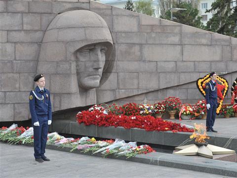 Жители губернии возлагают цветы к монументам и памятникам