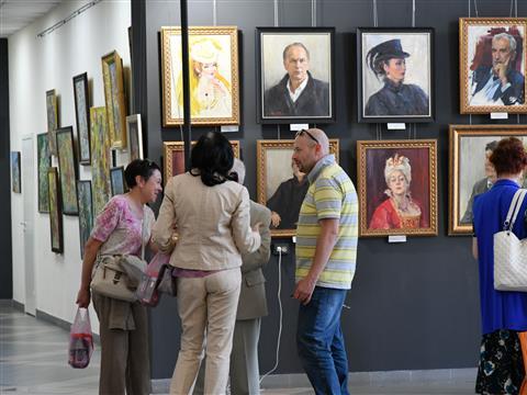 """Галерея """"Вавилон"""" открыла выставку портретов """"Любить, творить, играть"""""""