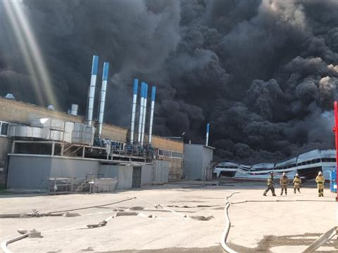 В горящем складе на ул. Профильной обрушилась кровля