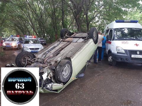 В Самаре пьяный водитель, пытаясь скрыться от ГИБДД, протаранил дерево и перевернул машину