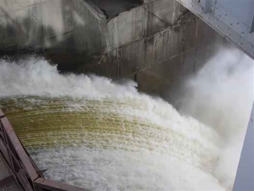 Пробный подъем затвора водосливной ЖиГЭС