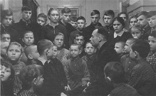 Виктор Кувшинов на встрече с детьми в школе глухонемых. Ставрополь 23 февраля 1957 года. Фонд ГМК Наследие