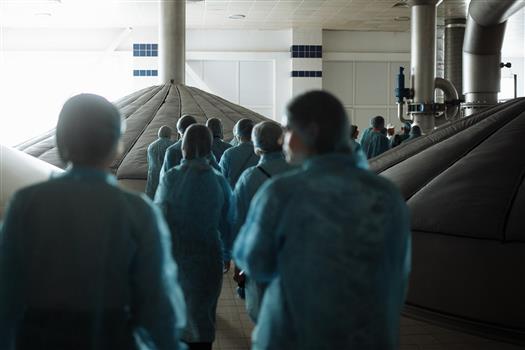 Участиники экскурсии в варочном отделении завода
