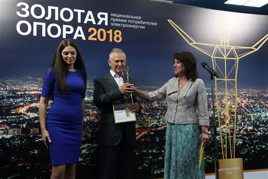 Наталья Собко вручает награду Сергею Кокошникову
