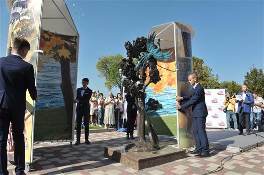 """На набережной Волги появился памятник знаменитому шумящему """"Клену"""""""