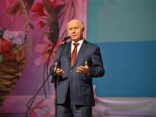 Представительницы прекрасного пола получили цветы от губернатора Самарской области