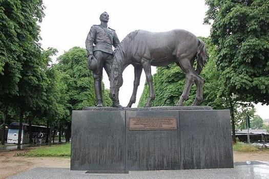 Памятник в Париже