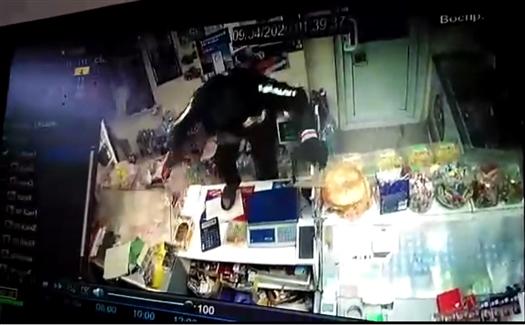В Чапаевске разбойник с молотком ограбил магазин