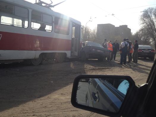 Двигаясь по пр. Кирова, водитель 99-й начал разворот, не уступил дорогу трамваю, который ехал в попутном направлении, и врезался в него