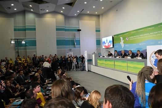 Ребята из самарской делегации ВФМС-2017 приняли участие во встрече с министром иностранных дел РФ Сергеем Лавровым